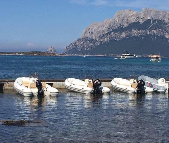 molo con imbarcazioni ormeggiate