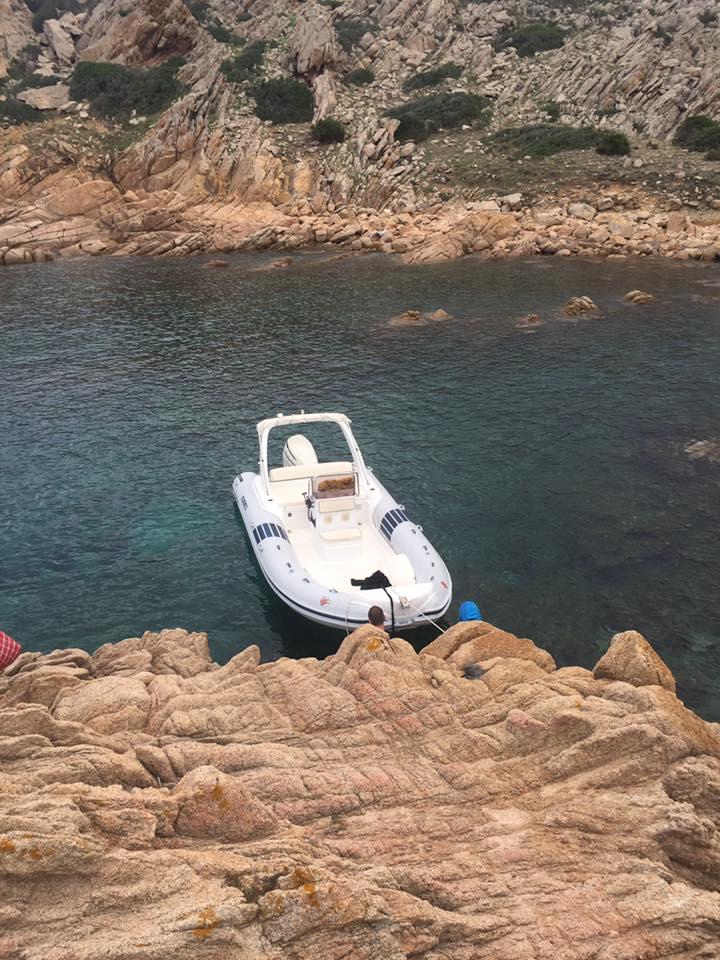 gommone ancorato alla costa