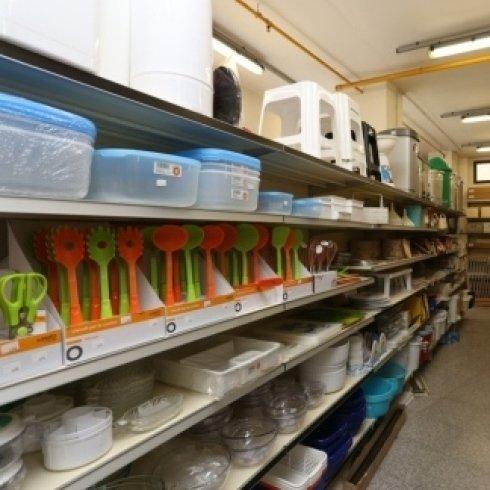 esposizione di prodotti per la casa all'interno di negozio