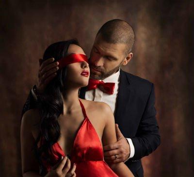 Vesti di festa, ella di rosso, il di nero
