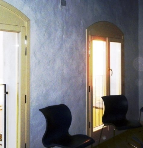 Porte-finestra realizzate in massello di frassino laccato bianco e vetro