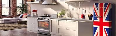 cucina con mobilio bianco