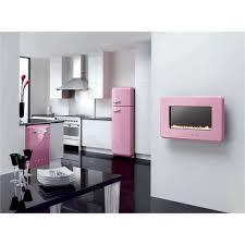 soggiorno con mobilio rosa