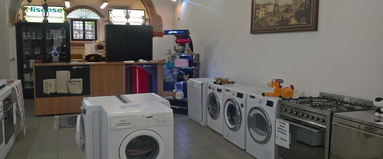 Interno del locale di ARES con lavatrici ed elettrodomestici esposti