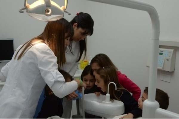 pulizia dei denti bambini