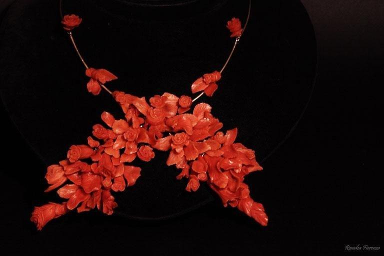 Collana di fiori in corallo mediterraneo