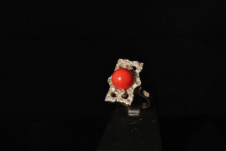 Anello in oro con perla di corallo