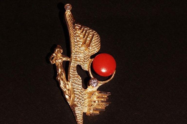 Spilla in oro con dettaglio di perla di corallo e diamanti