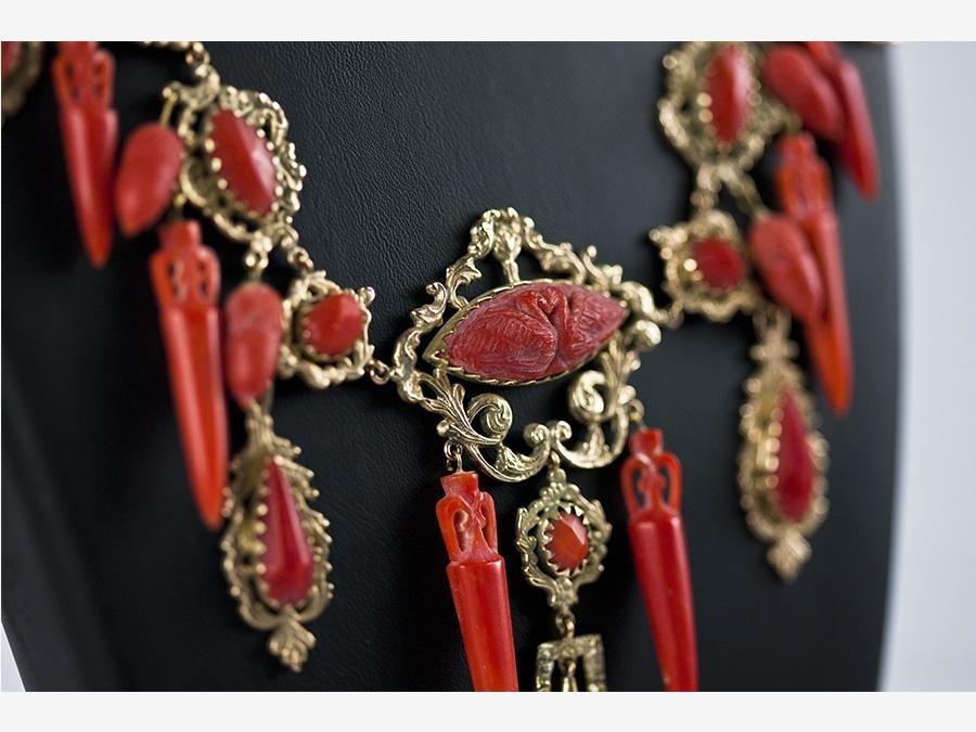 particolare Collana in oro e corallo mediterraneo stile Pompei
