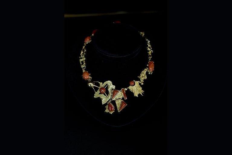 Collana in oro con inserti di corallo e madreperla