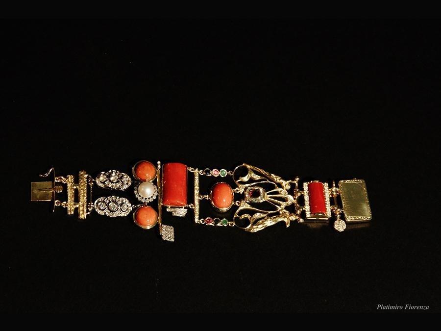 Bracciale in oro con inserti di corallo e perle