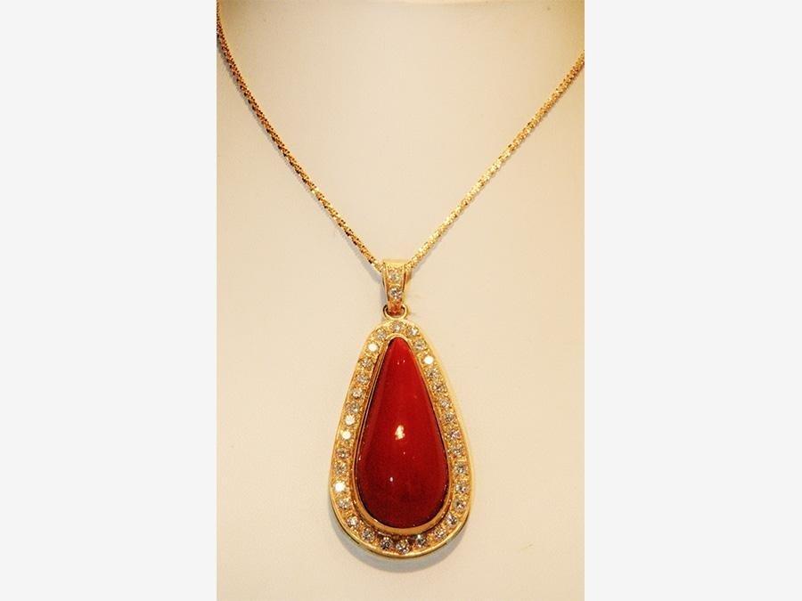 particolare del pendente in oro, corallo mediterraneo e brillanti