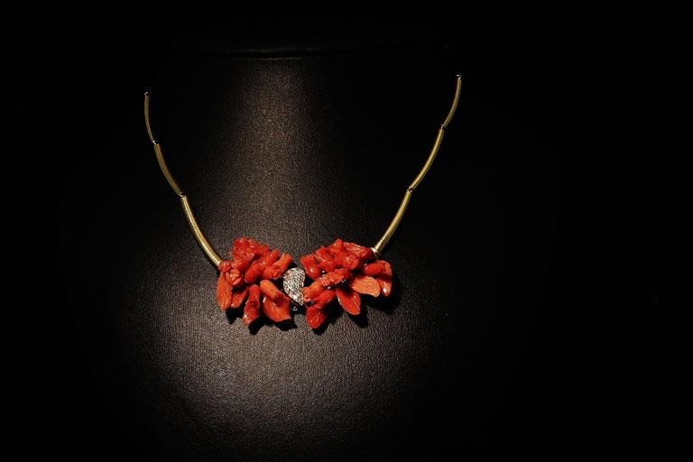 Collana in oro con fiori di corallo e particolare in diamanti