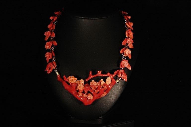 Collana con catena in oro e fiori di corallo mediterraneo