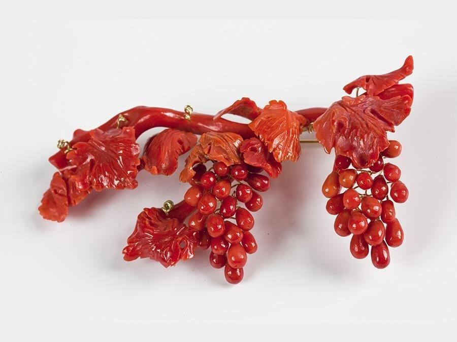 spilla uva in corallo mediterraneo
