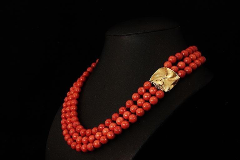 Collana di perle in corallo e allacciatura in madreperla