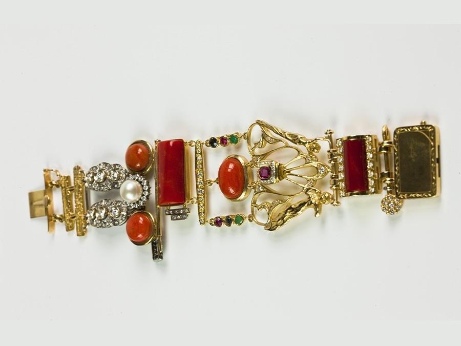 Bracciale artistico in oro, corallo mediterraneo, corallo cerasuolo, brillanti, smeraldi, rubini, zaffiri blu e perla
