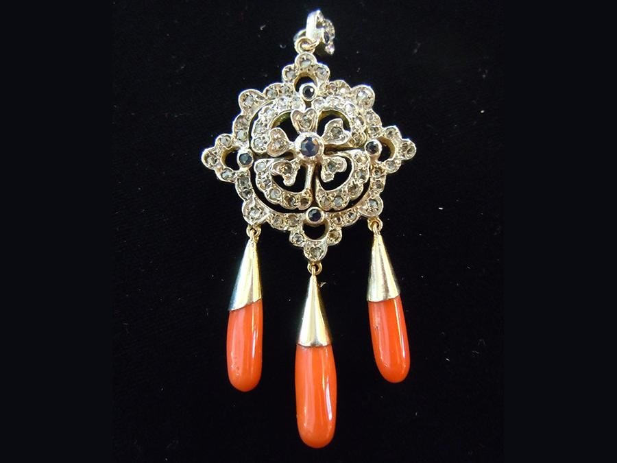 Orecchini in oro con pendenti in corallo e dettagli in diamanti bianchi e neri