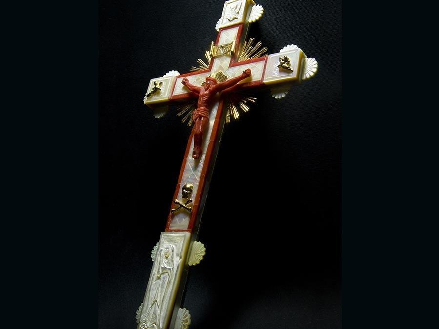 crocifisso in oro, corallo mediterraneo e madreperla, incisione eseguita a bulino