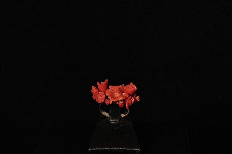 Anello di fiori di corallo mediterraneo