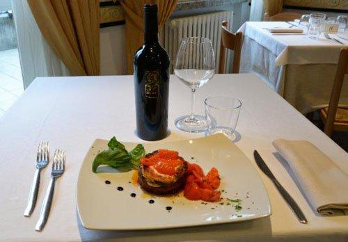 piatto creativo con salmone e decorazioni di aceto balsamico