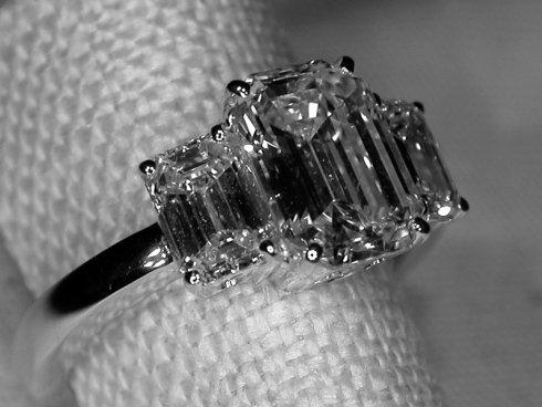 Dettaglio di anello con pietra preziosa.