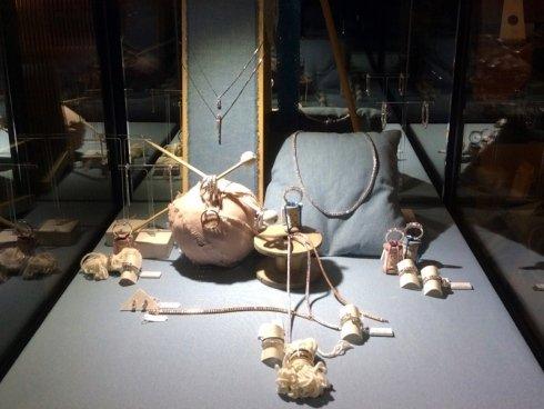Anelli e bracciali in metallo con inserti di pietre preziose.