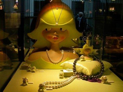 Un vasto assortimento di collane con perle naturali.