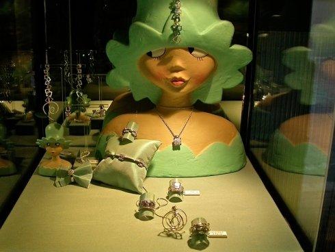 Alcuni gioielli in esposizione nella vetrina della gioielleria Franzoni.