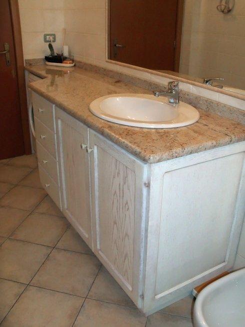 Bagno con lavello tondo su base in marmo