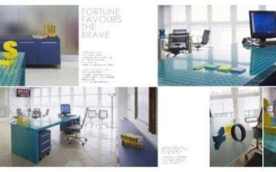 scrivania ufficio con ripiano colorato