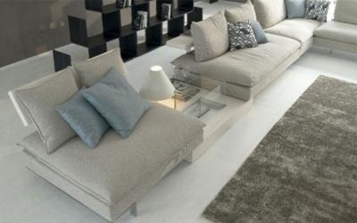 divano ad angolo grigio chiaro con schienale modulabile