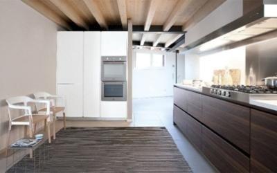 cucina componibile in legno naturale e laccato bianco