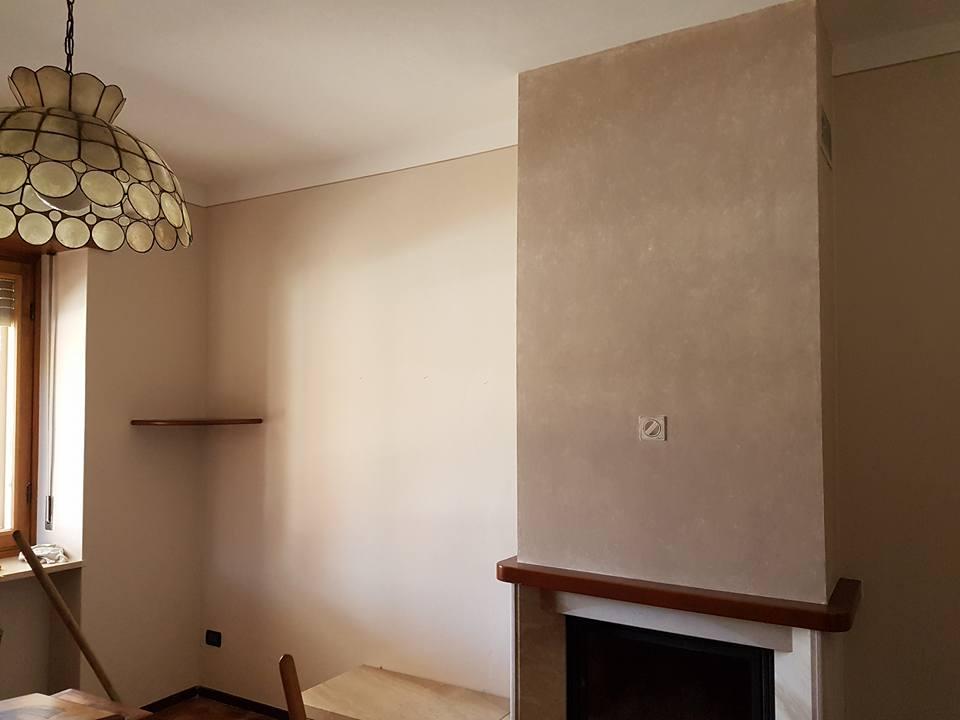 una stanza con muri dipinti con sfumature gialle e color beige