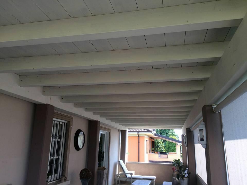 una tettoia in legno di color bianco