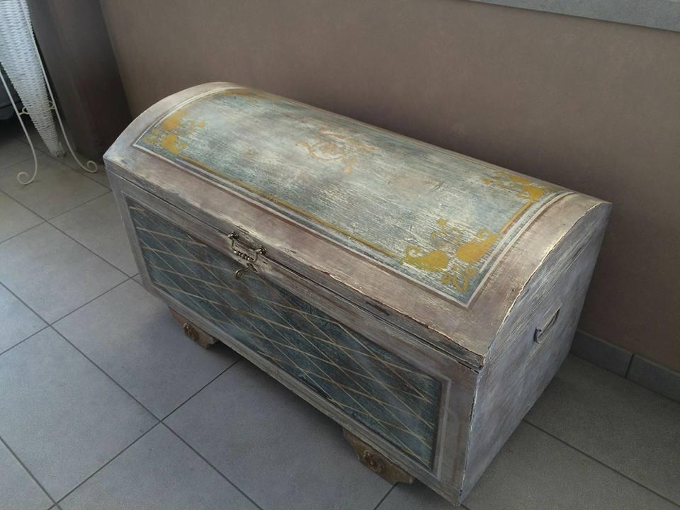 un baule antico in legno