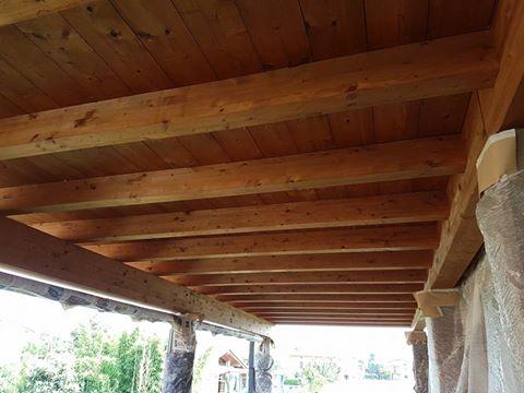 una tettoia in legno marrone
