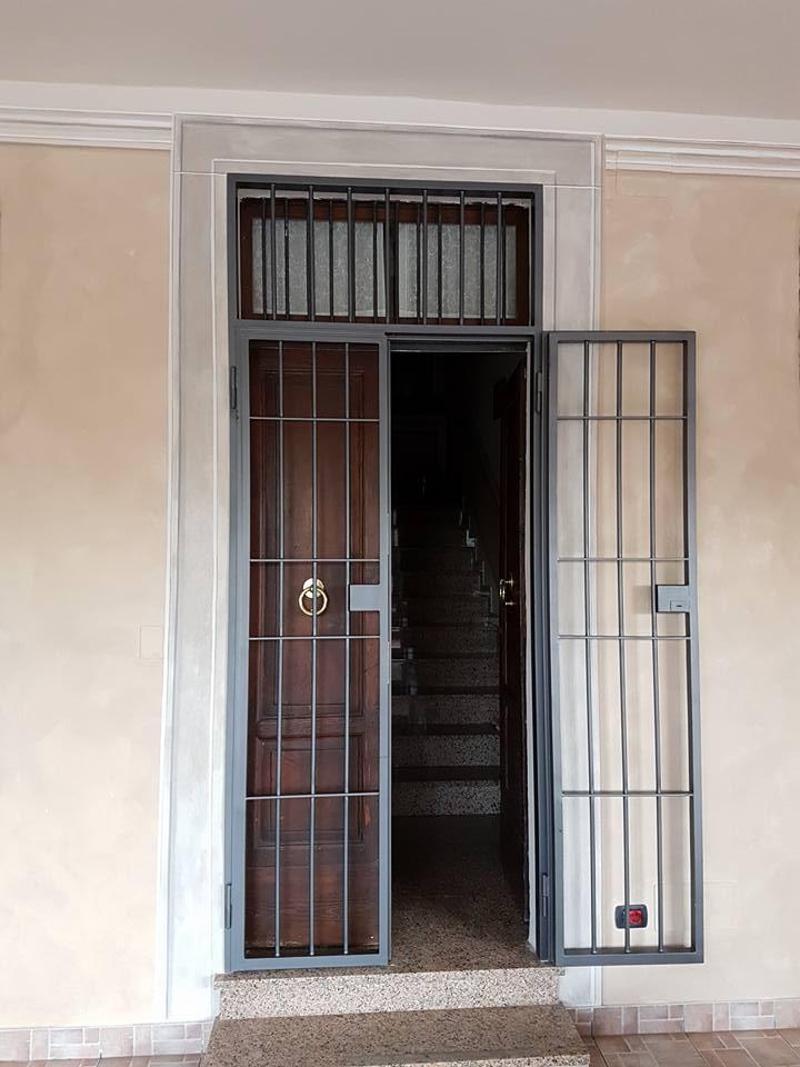 delle inferriate in una porta in legno