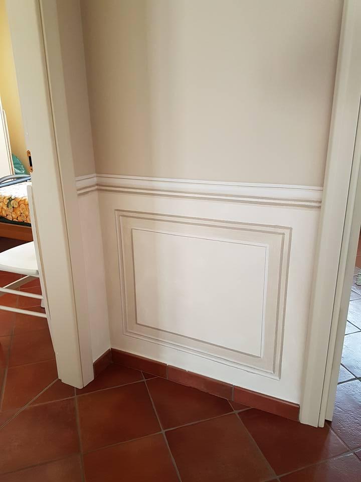 un muro con un rilievo in legno di color bianco
