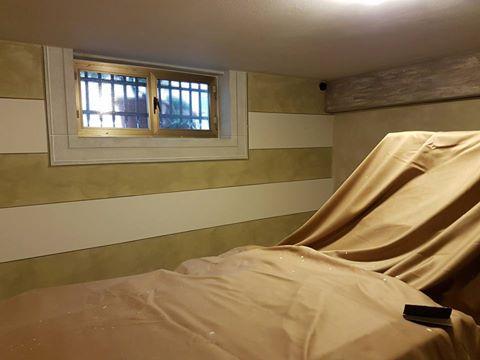 un letto reclinabile con delle lenzuola gialle e vista di una piccola finestra
