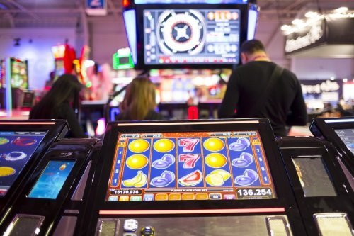 Sala con slot machine