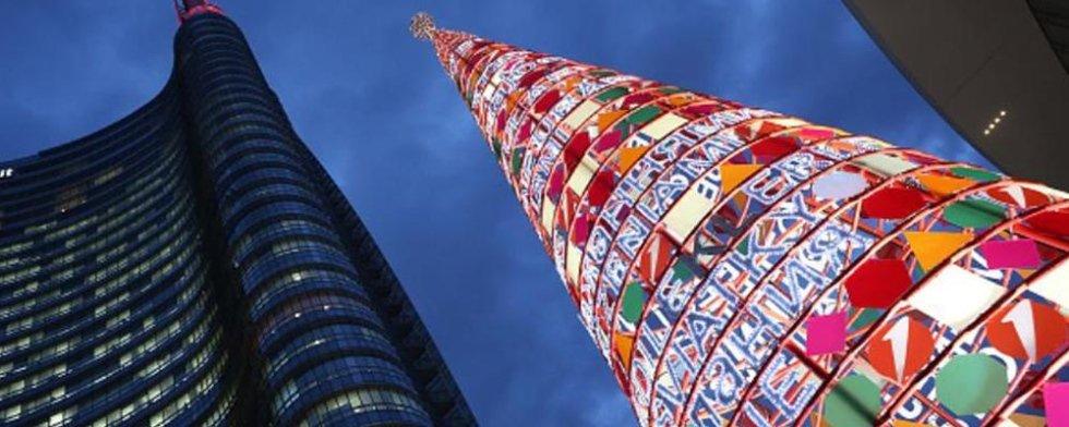 Torre in metallo illuminata