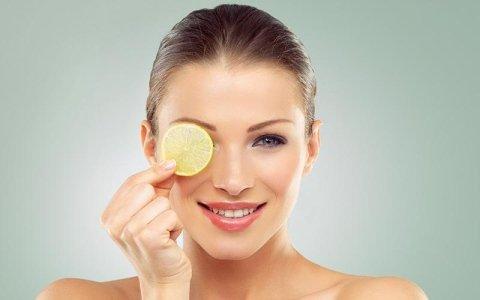 donna con il limone