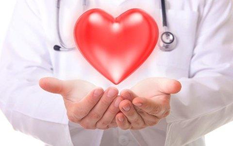 Medico con un cuore in mano