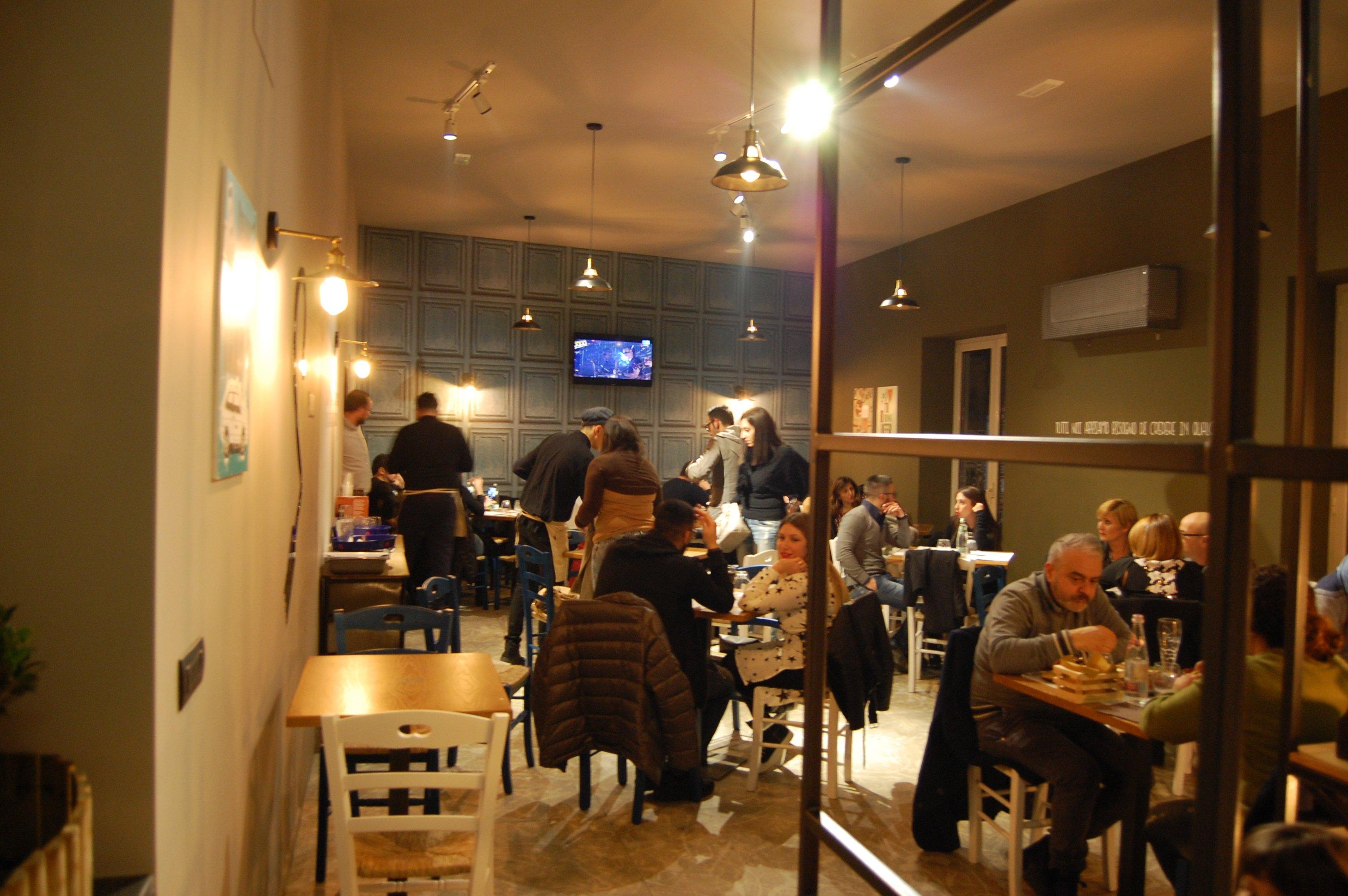 interno della sala con clienti che cenano