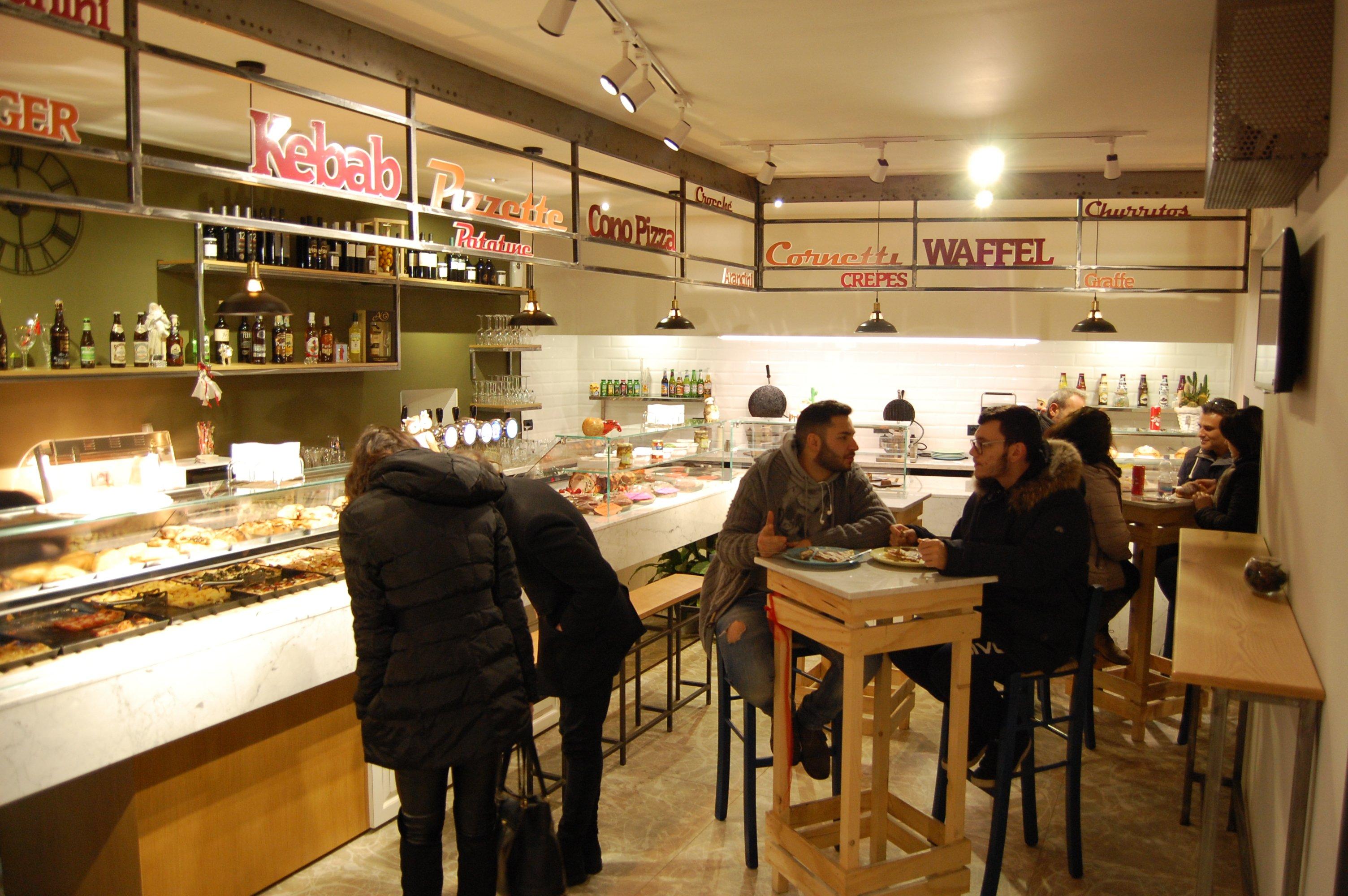 interno del locale con vetrine e clienti