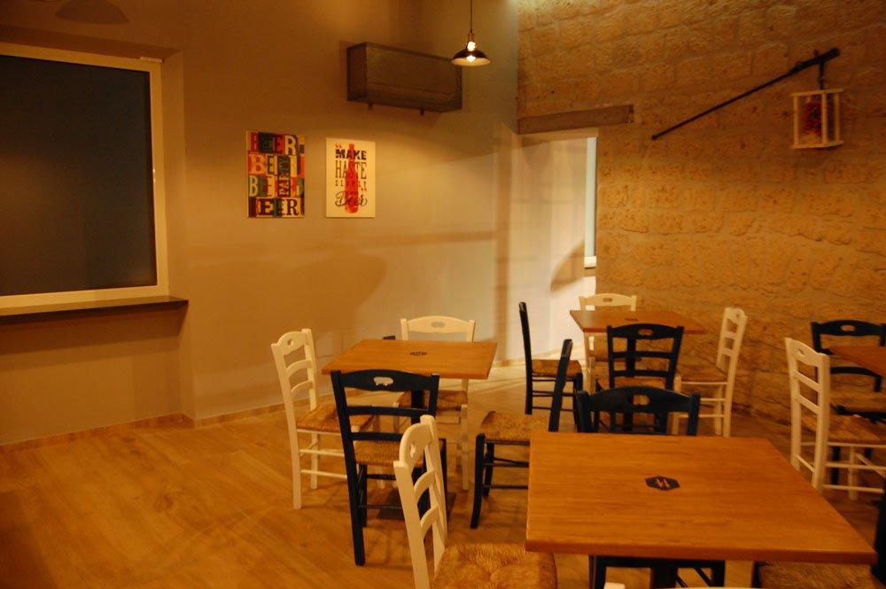 sala con tavoli e sedie da un angolazione diversa