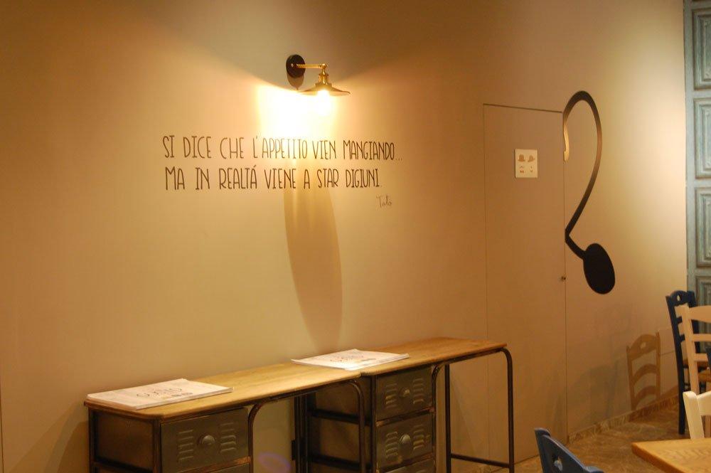 muro con una lampada e la scritta SI DICE CHE L'APPETITO VIEN MANGIANDO, MA IN REALTA' VIENE A STAR DIGIUNI, Toto'