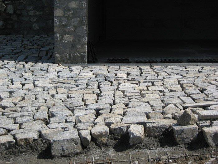 Costruzione di un pavimento in pietra
