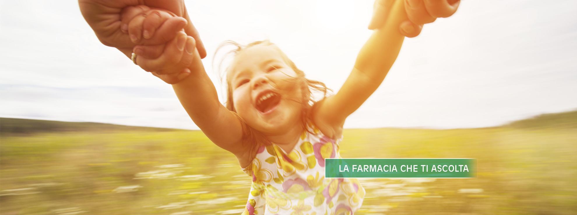 felice bambina con una persona, scritto La Farmacia Che Ti Ascolta